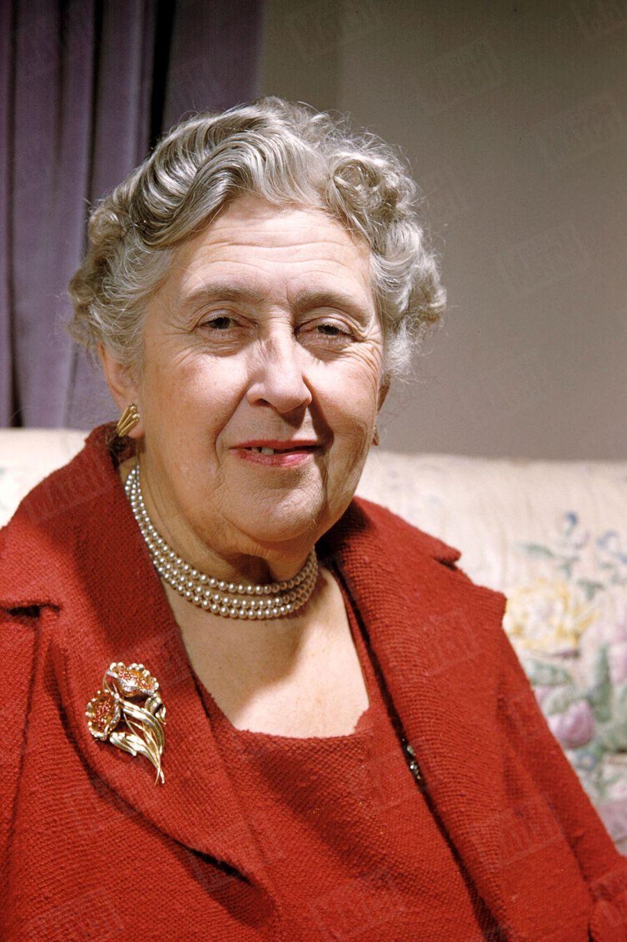 Agatha Christie, lors de son rendez-vous avec Paris Match, dans sa propriété du Devon, en Angleterre, en février 1957.