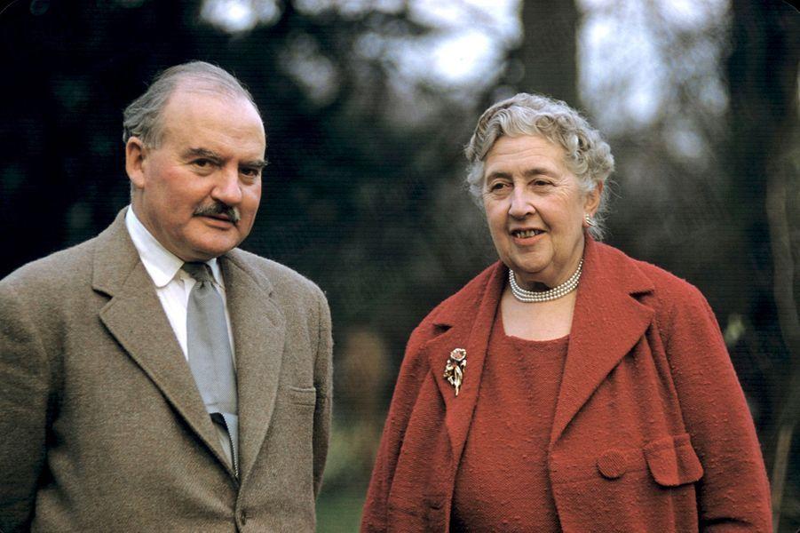 Agatha Christie et son époux Max Mallowan dans leur propriété du Devon, en Angleterre, en février 1957.