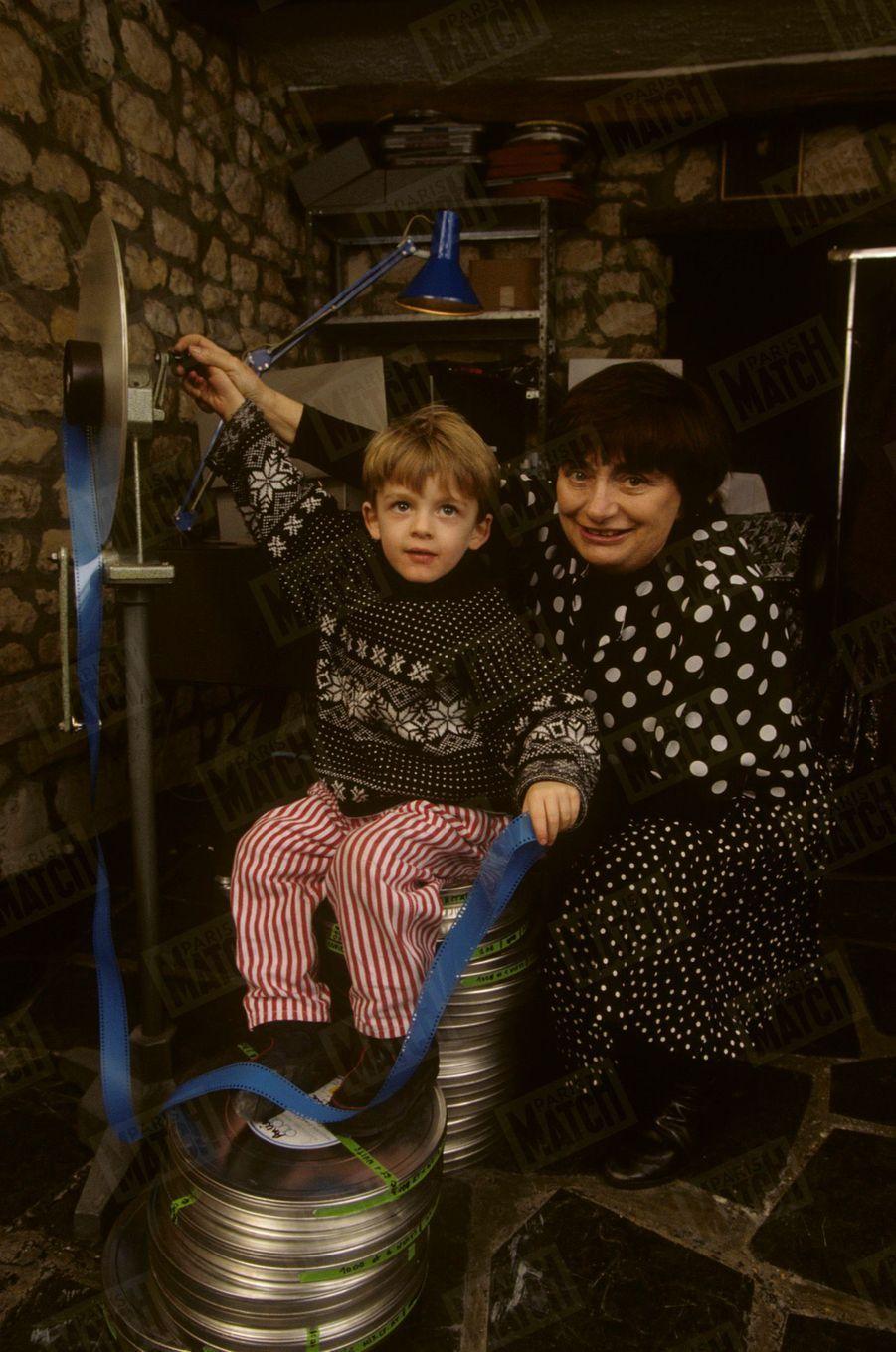 Dans sa salle de montage,Agnès Vardafamiliarise son petit-fils Augustin avec la pellicule.