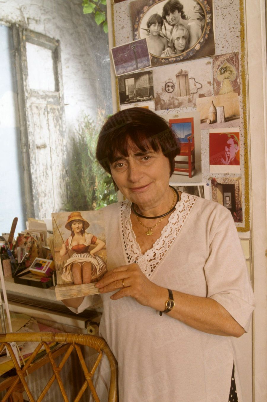 Agnès Varda devant sa collection de cartes postales insolites.