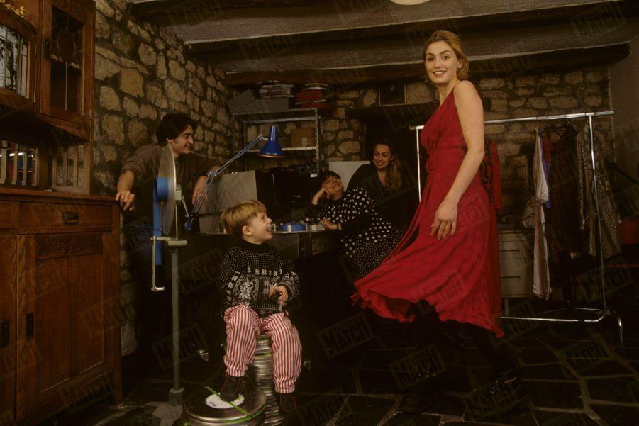 Agnès Varda en famille avec Julie Gayet, qu'elle a révélée dans « Les cent et une nuits », en 1995.