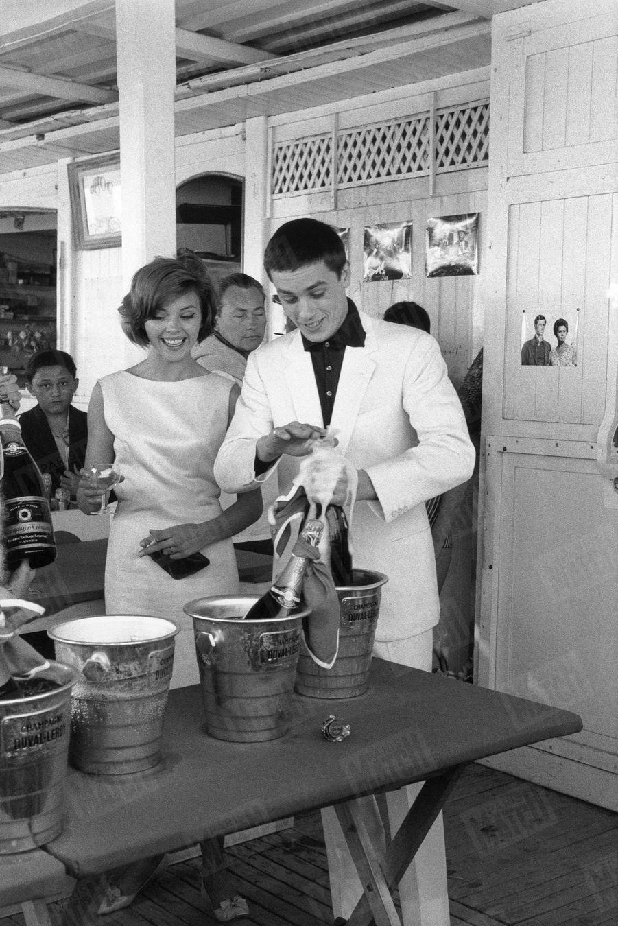 """Alain Delon aux côtés de Barbara Lass, sa partenaire du film """"Quelle joie de vivre"""" de René Clément, lors du Festival de Cannes, en mai 1961."""