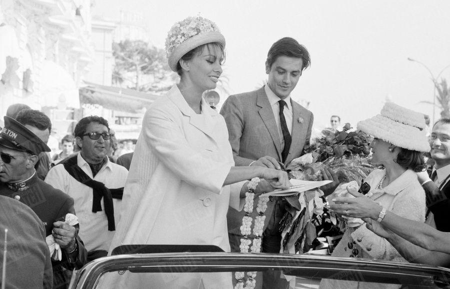 """Alain Delon avec Romy Schneider et Sophia Loren au Festival de Cannes, en mai 1962.Les deux actrices sont à l'affiche du film à sketches """"Boccacce 70""""(réalisé par quatre monstres sacrés du cinéma italien : Federico Fellini, Luchino Visconti, Mario Monicelli et Vittorio De Sica) présenté hors-compétition. Quant à Delon, il est à l'affiche du film """"L'éclipse"""" de Michelangelo Antonioni en compétition officielle."""
