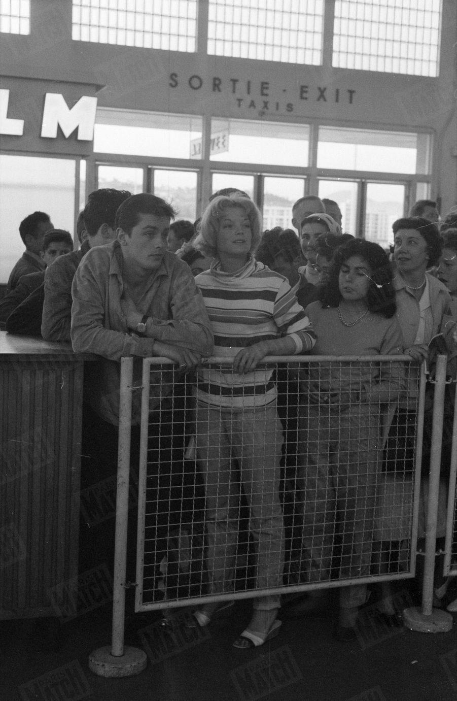 Alain Delon et Romy Schneider attendent la mère de l'actrice, Magda, à l'aéroport de Nice, pour le Festival de Cannes, en mai 1959.