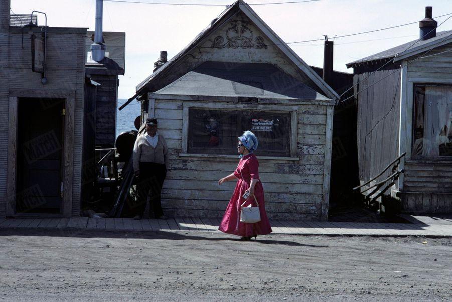 « Le plus étonnant, peut-être, est la ville de Nome, sept fois détruite par les incendies, toujours reconstruite en bois et où les habitants continuent de se vêtir sans la moindre affectation comme au temps où elle était la capitale de la ruée vers l'or. » - Paris Match n°1063, 20 septembre 1969.