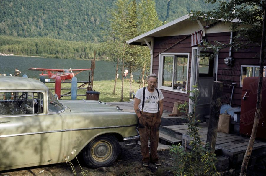 « Dans le pays aux 10 000 lacs, l'hydravion prend le relais de l'automobile. Un bungalow, une bonne voiture, un hydravion personnel au bord de son petit lac ne constituent pas pour Owen Smith, pêcheur de saumon, un standing extraordinaire. Il est un Alaskan moyen. » - Paris Match n°1063, 20 septembre 1969