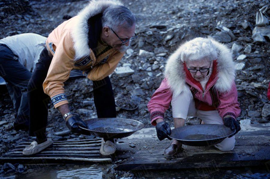 « Le plus riche « placer». Ici, les orpailleurs se battaient pour un bout de concession. C'est à côté de Nome. Dix-huit mille habitants à l'heure de sa gloire, moins de deux mille aujourd'hui, Nome est le symbole de la fièvre éteinte de l'or. L'or est toujours là, mais les conditions d'extraction ne le rendaient plus rentable. Alors, la ville figée dans le temps est devenue centre touristique. Des autocars confortables en partent pour transporter aux anciens filons, à 40 kilomètres, les Américains en mal de dépaysement. On leur prête des vestes esquimaudes pour la couleur locale et le matériel du parfait petit chercheur d'or. Succès garanti : s'ils sont trop malchanceux ou maladroits pour trouver, au fond de la batée, un imperceptible dépôt de poudre d'or, on leur remet un petit tube de verre contenant un reflet du fabuleux métal. Un bon chercheur d'or traitait, par jour. 250 kilos de sable aurifère pour récolter quelque 50 grammes. » - Paris Match n°1063, 20 septembre 1969