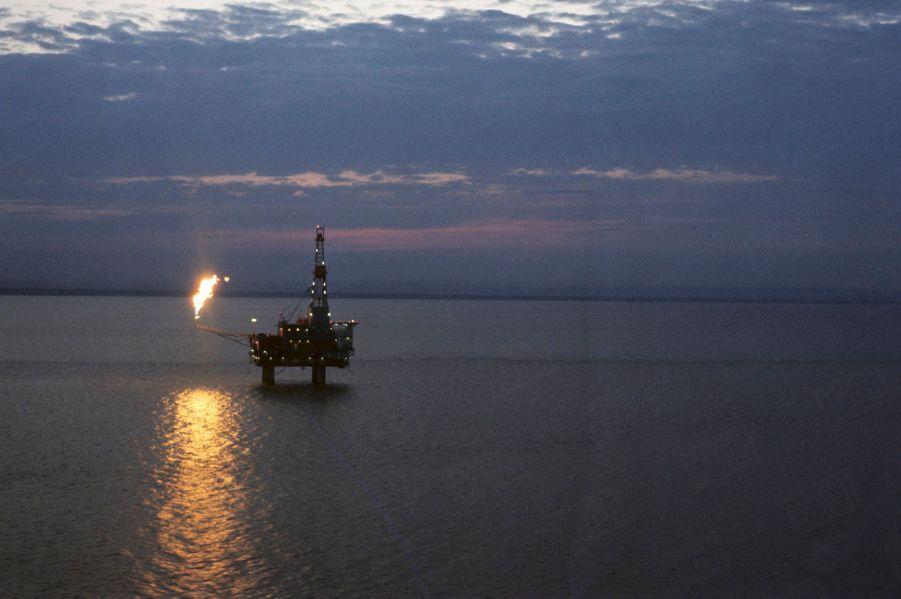 « De Prudhoe Bay, nouvelle capitale du pétrole, face au Pôle, jusqu'à Sitka, au sud du pays : 1 500 kilomètres. Le forage, en pleine mer, est à Cook Inlet où l'océan ne gèle pas en hiver. » - Paris Match n°1063, 20 septembre 1969