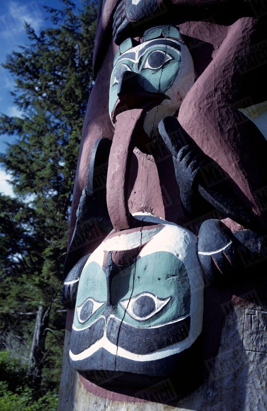 « La tribu Atabaskan symbolisait en fait, par cette sculpture, l'alliance de deux familles : les grenouilles et les corbeaux. » - Paris Match n°1063, 20 septembre 1969