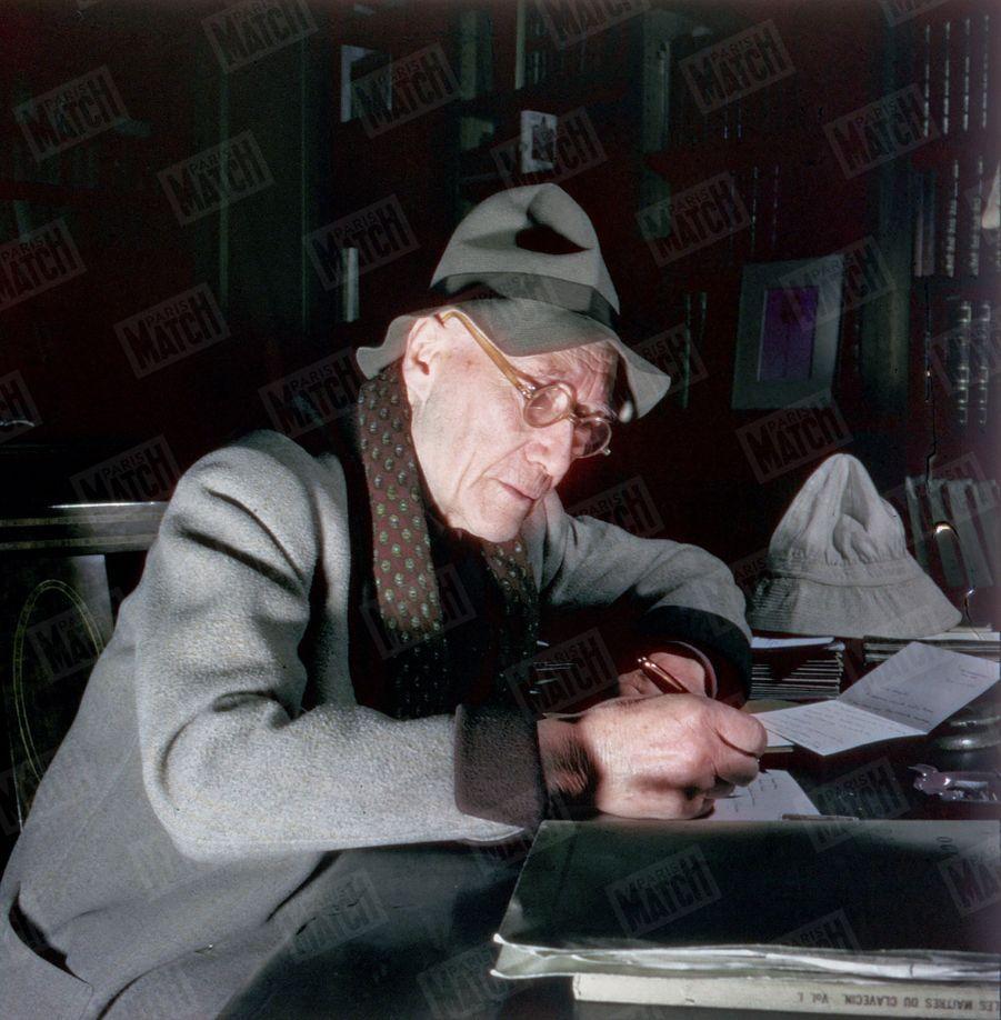 « Sur la table placée derrière l'écrivain sont les derniers livres reçus. Mme Davet, la secrétaire, les change chaque semaine. Gide puise au hasard. Il lit presque tout. » - Paris Match n°51, 11 mars 1950