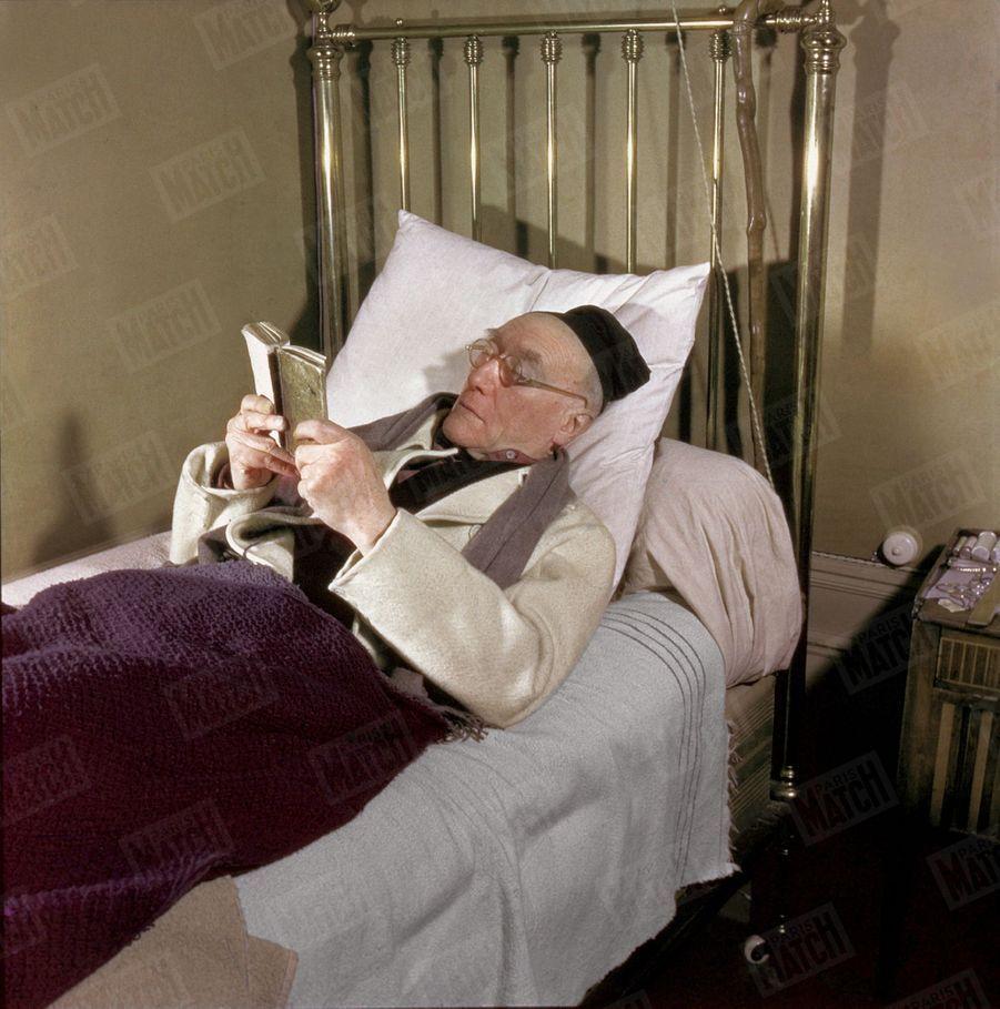 « Avant sa sieste, il lit du Virgile dans une édition scolaire. Accrochée au lit, la canne offerte par le poète Francis Jammes, qui y grava des vers au canif. » - Paris Match n°51, 11 mars 1950