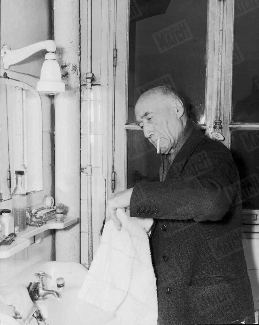 « Cette image paraît banale: elle est exceptionnelle. Elle montre Gide nue-tête. Or tous ses familiers ont l'habitude de le voir coiffé des couvre-chefs les plus extravagants. » - Paris Match n°51, 11 mars 1950