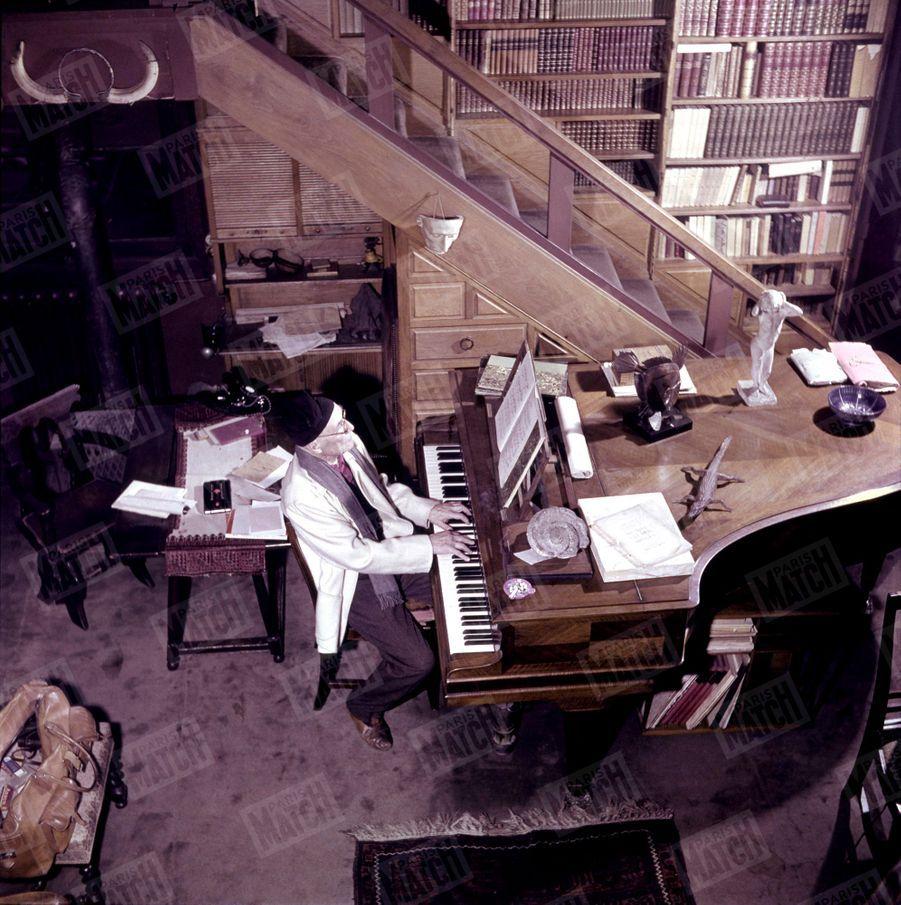 « Admirateur de Chopin, l'écrivain s'est remis récemment au piano délaissé depuis quelques années. » - Paris Match n°51, 11 mars 1950