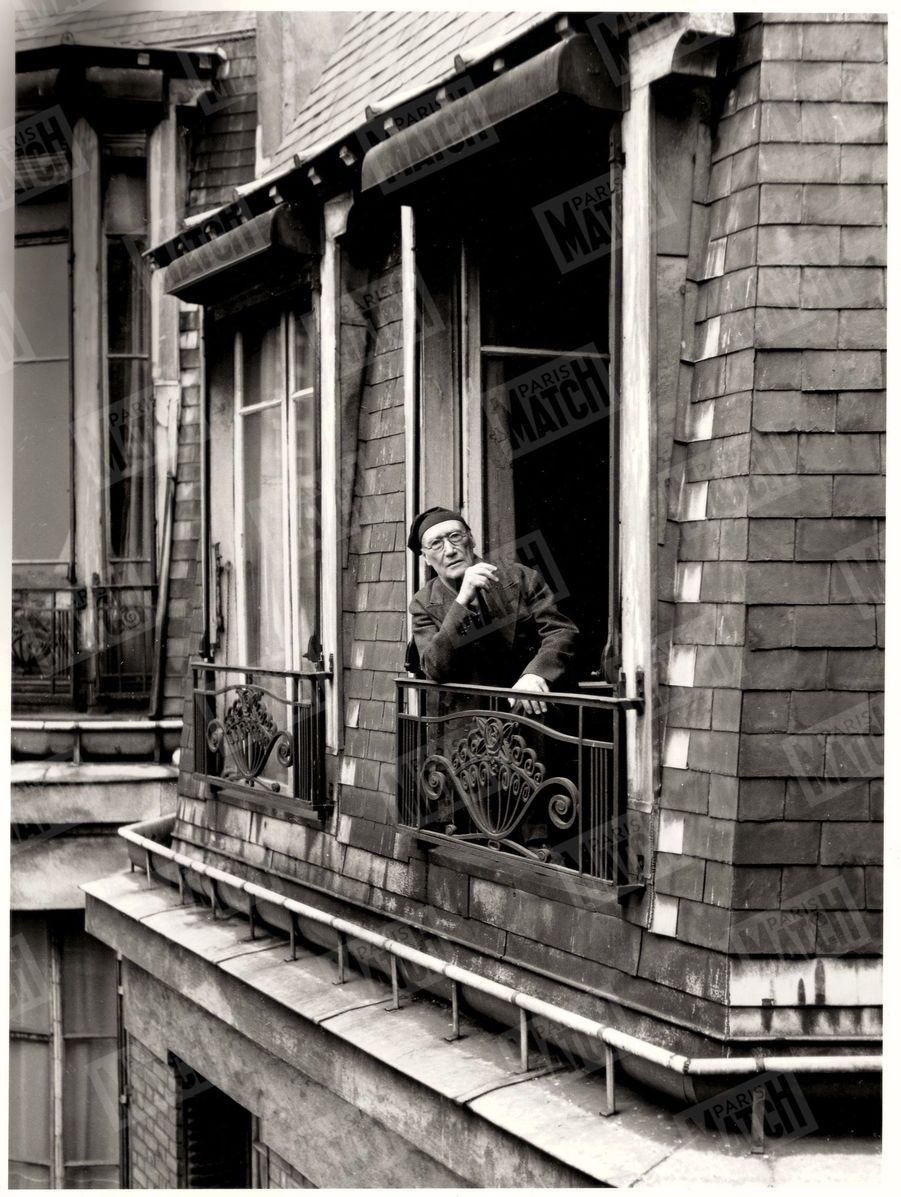 « De la fenêtre de sa chambre, l'écrivain domine le septième arrondissement, l'un des plus calmes de Paris. » - Paris Match n°51, 11 mars 1950