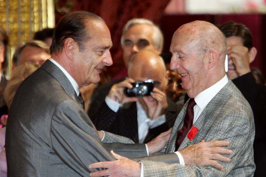 Jacques Chirac remet les insignes de grand officier de la Légion d'honneur à André Turcat