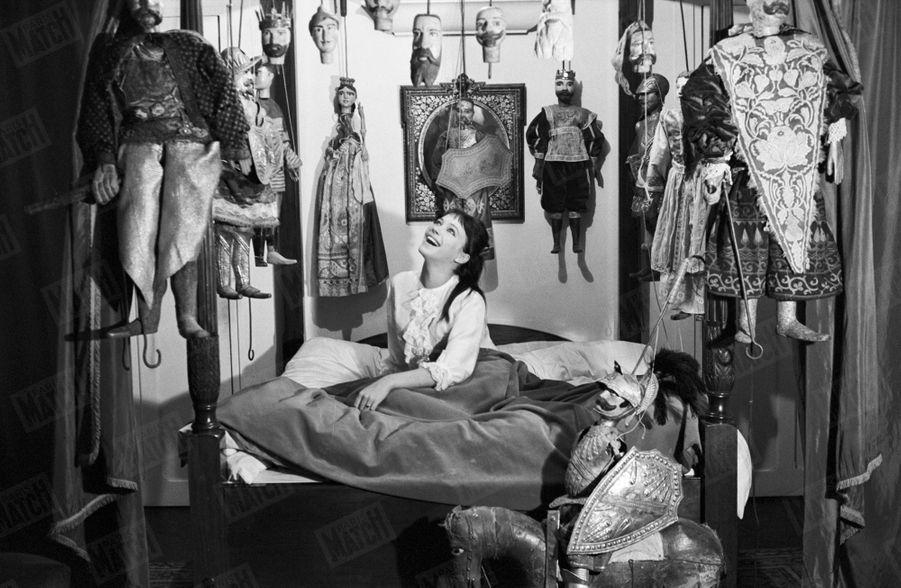 Anna Karina pose pour Paris Match, dans son appartement près de la place Saint-Michel à Paris, en janvier 1963.