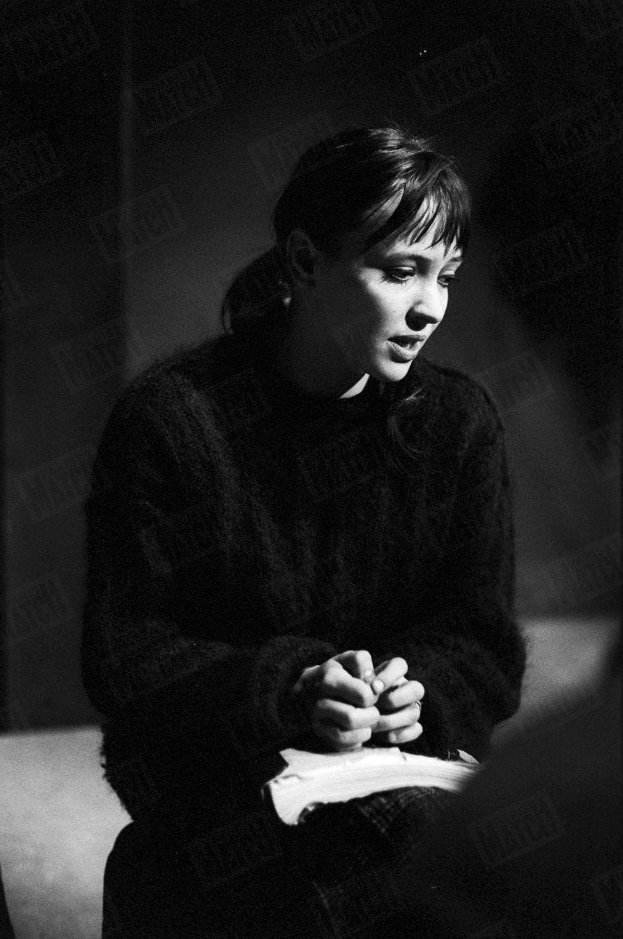 """Anna Karina répète la pièce de théâtre """"La Religieuse"""", mise en scène par Jacques Rivette au Studio des Champs-Elysées, en janvier 1963."""