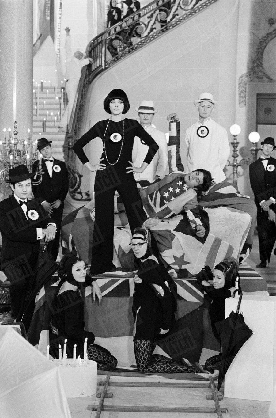 """Anna Karina sur le tournage de la comédie musicale """"Anna"""", réalisée par Pierre Koralnik en 1966."""