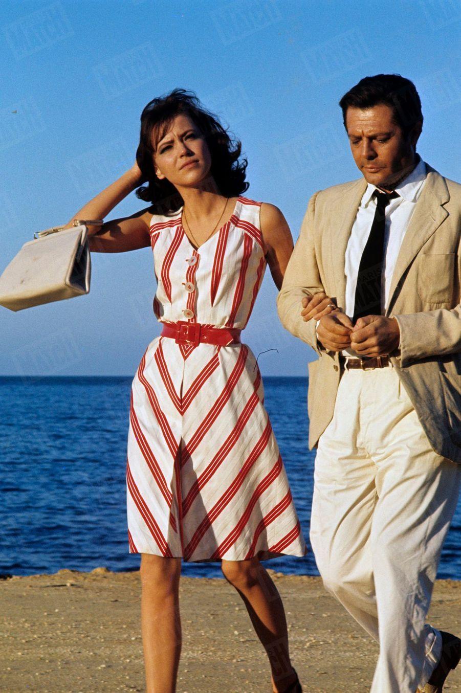 """Anna Karina avec Marcelo Mastroianni sur le tournage du film """"L'Etranger"""" du réalisateur Luchino Visconti, à Alger en février 1967."""