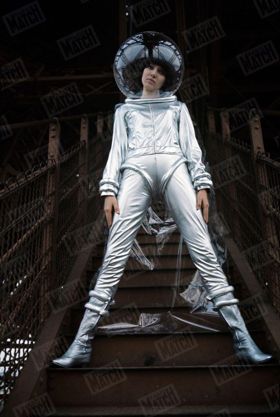 """Anna Karina sur les marches d'un escalier de la Tour Eiffel, lors du tournage de la comédie musicale """"Anna"""", en mars 1966."""