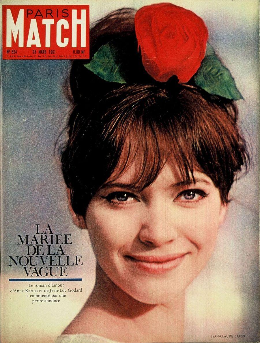"""Anna Karina en couverture de Paris Match n°624 du 25 mars 1961. L'actrice s'est mariée, trois semaines auparavant en Suisse, avec Jean-Luc Godard qu'elle a rencontré suite à une petite annonce pour """"Le Petit Soldat""""."""