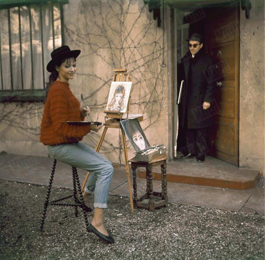 Anna Karina et Jean-Luc Godard, dans leur rez-de-jardin au Trocadéro, en juin 1964.