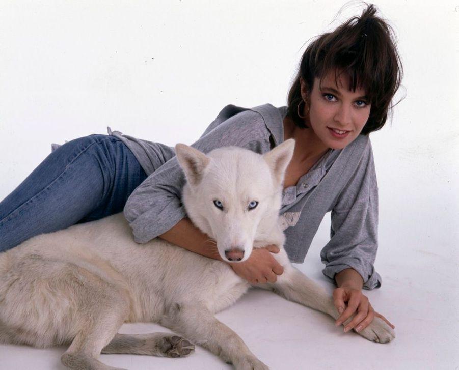 Anne Parillaud, avec son chien Vasco, en janvier 1986.