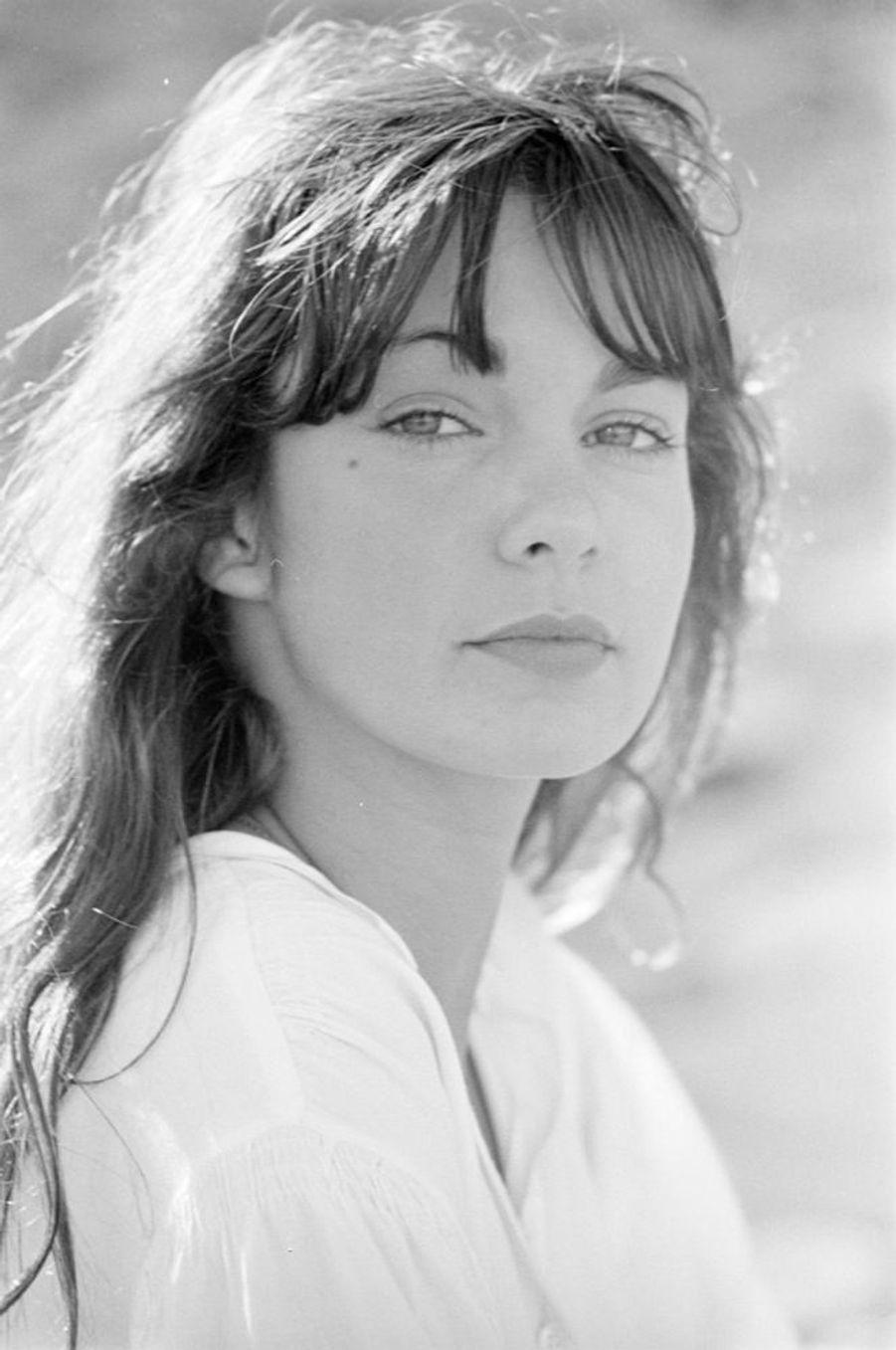 """Anne Parillaud sur le tournage du film """"L'hôtel de la plage"""" de Michel Lang, à Locquirec dans le Finistère, en avril 1977."""