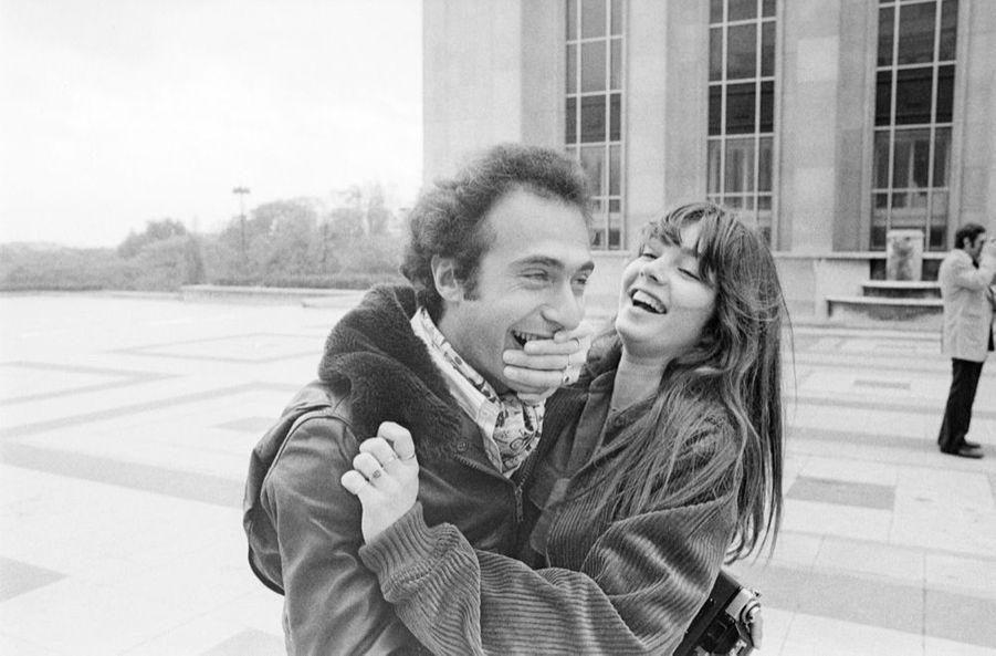 Anne Parillaud avec Olivier Dassault, en novembre 1977. Le petit-fils de Marcel Dassault est un passionné de photographie, l'actrice est son modèle favori.