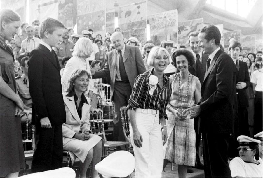 Annie Cordy, en compagnie de la famille royale Belge à Bruxelles, à l'occasion des 25 ans de règne du roi Baudouin, en juin 1976. De gauche à droite : la princesse Astrid, le prince Laurent, leur mère la princesse Paola, Annie Cordy, la reine Fabiola et et le roi Baudouin. A l'arrière-plan, le prince Albert.