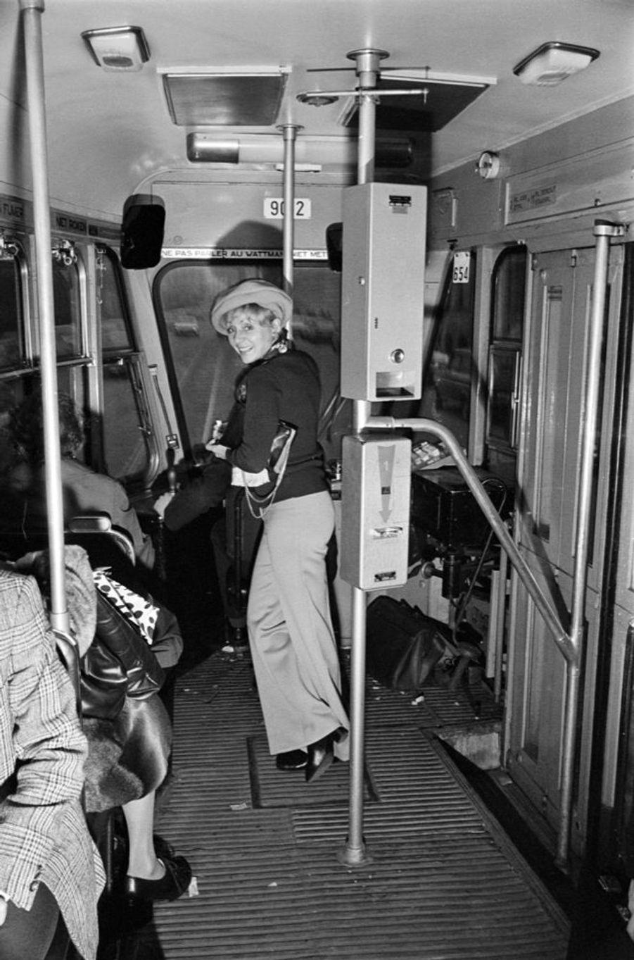 Annie Cordy en novembre 1973 dans le tram 94 de Bruxelles, celui qu'elle prenait quand elle était étudiante.
