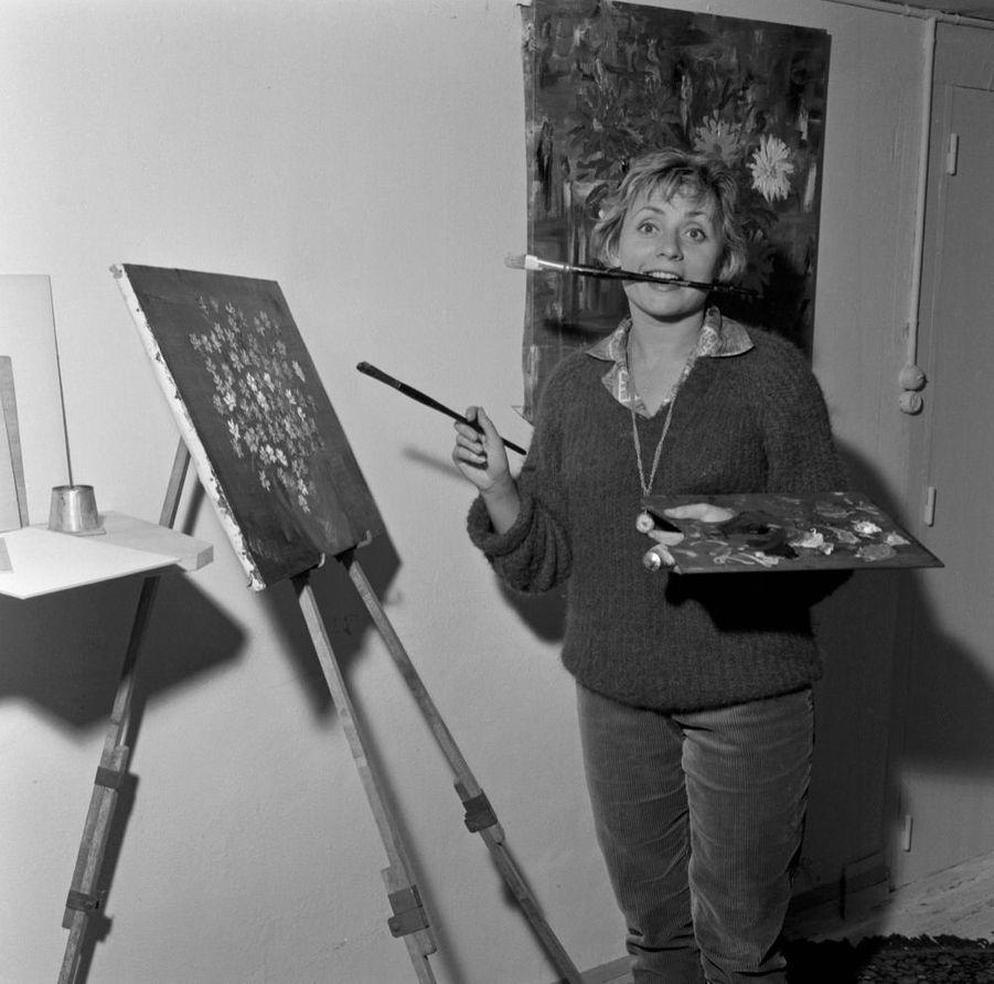 """Annie Cordy dans sa propriété """"La Roseraie"""", à Bièvres, en octobre 1961."""