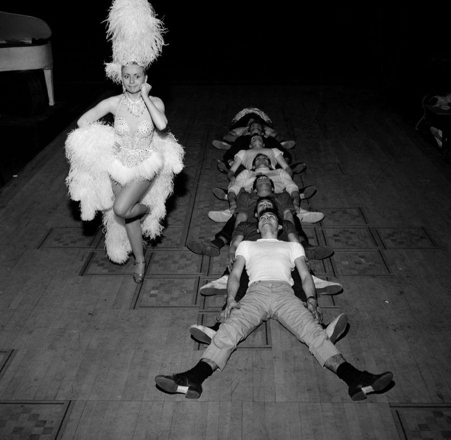 """Annie Cordyen janvier 1958,sur le tournage du film """"Tabarin"""", faisantrevivre cinq ans après sa fermeture le grand music-hall de Montmartre."""