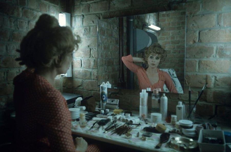 """Annie Cordy dans sa loge, avant une représentation de la pièce """"Le mariage de Mademoiselle Beulemans», en Belgique en juin 1974."""