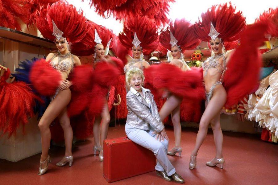Annie Cordy en compagnie des danseuses du Moulin-Rouge, en janvier 2015. En 1952, la vedette belge avait fait l'un de ses premiers tours de chant parisien dans le cabaret de la place Blanche.