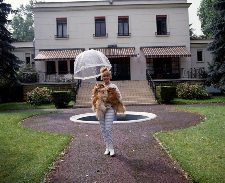 """Annie Cordy danssa propriété """"La Roseraie"""", àBièvres, en janvier 1987."""