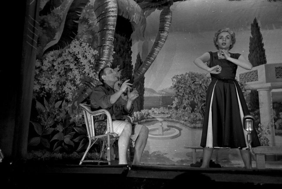 """Annie Cordy en compagnie de Bourvil, jouant l'opérette """"la Route Fleurie"""" sur la scène du théâtre de l'ABC à Paris, en janvier 1953."""