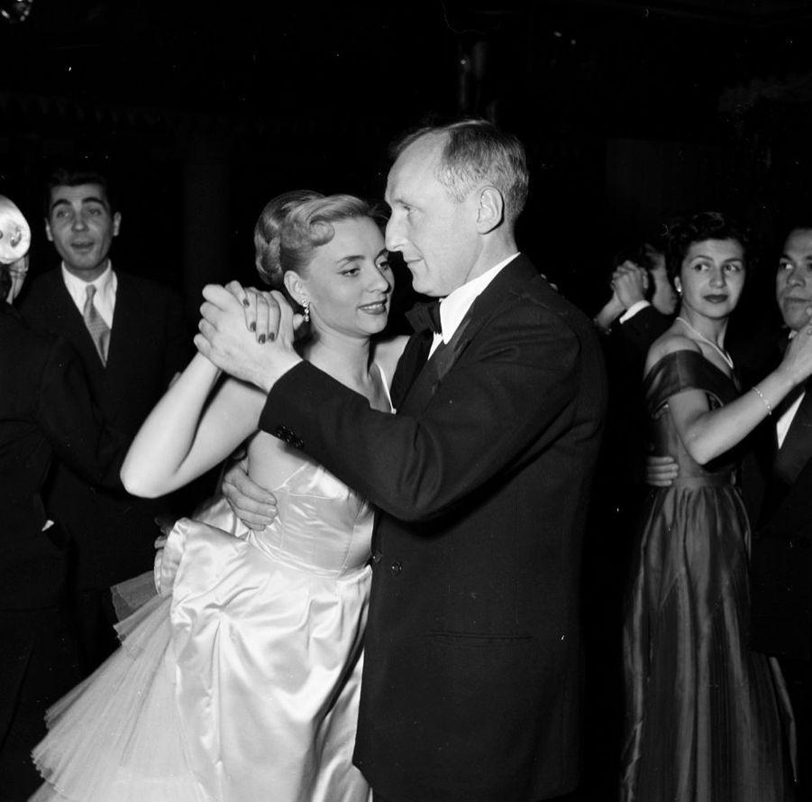 """Annie Cordy en compagnie de Bourvil, à la première de """"Voilà"""", la nouvelle revue du Lido, en juin 1953."""