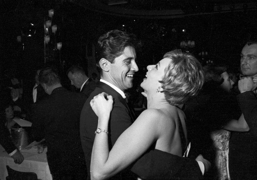 Annie Cordy en compagnie de Sacha Distel, à la Première des Bluebell au Lido, à Paris en décembre 1959.