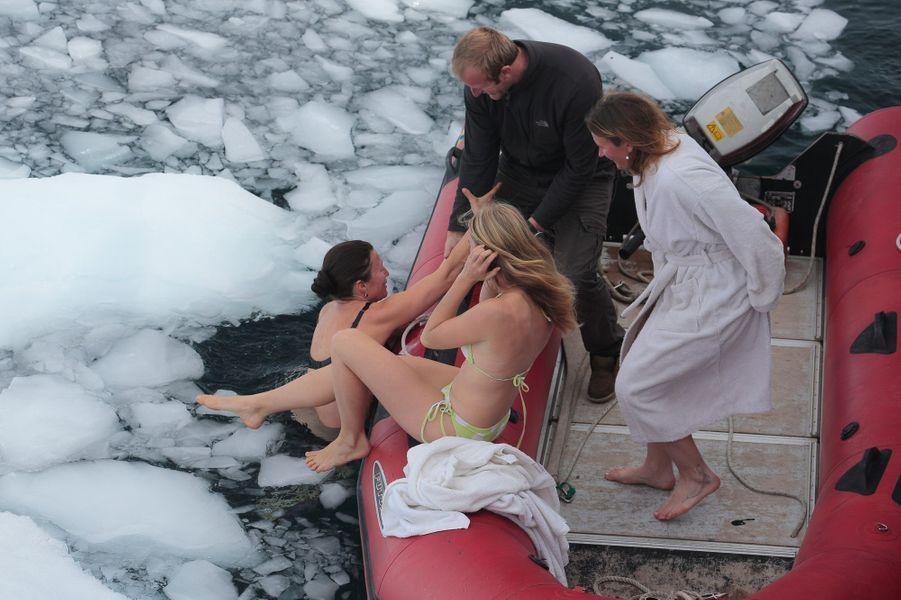"""3 janvier, baignade express parmi les glaçons pour les filles de l'équipage, au large de Mikkelsen Harbour. Nous sommes en plein été austral, mais l'eau reste à - 1°C. Bilan du plongeon : """"Ça brûle !"""" De g. à dte : Murielle, guide, Maeva, Dion et Juliette."""