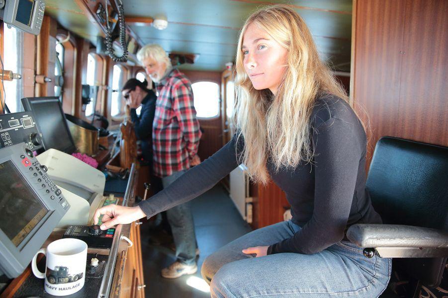 """Maeva Delebarre, 18 ans, moussaillon de l'équipage, a vécu presque toute sa vie sur le bateau de ses parents. Surnommée """"la fée"""" par les passagers pour sa gentillesse, experte à la barre et en pâtisserie, mention """"très bien"""" au bac... Une perle à l'état pur."""