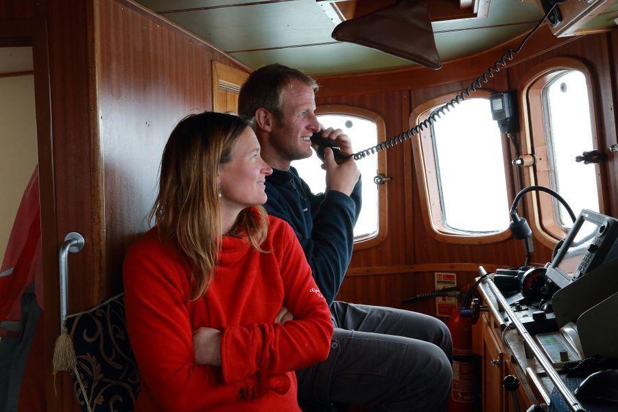 Les amoureux en passerelle. Le capitaine, Dion Poncet, au téléphone satellite avec son père, le célèbre Jérôme Poncet. L'Antarctique est son pays : il y est né, sur le bateau familial, et y navigue tous les étés depuis son enfance. Juliette Hennequin, ex-skipper de voiliers Penn Duick, travaille dans l'Antarctique depuis 2004.