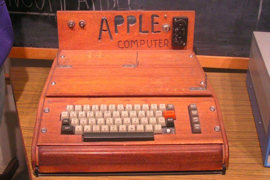 1976. Apple dévoile son premier ordinateur, l'Apple 1. Il a été produit à 200 exemplaires.