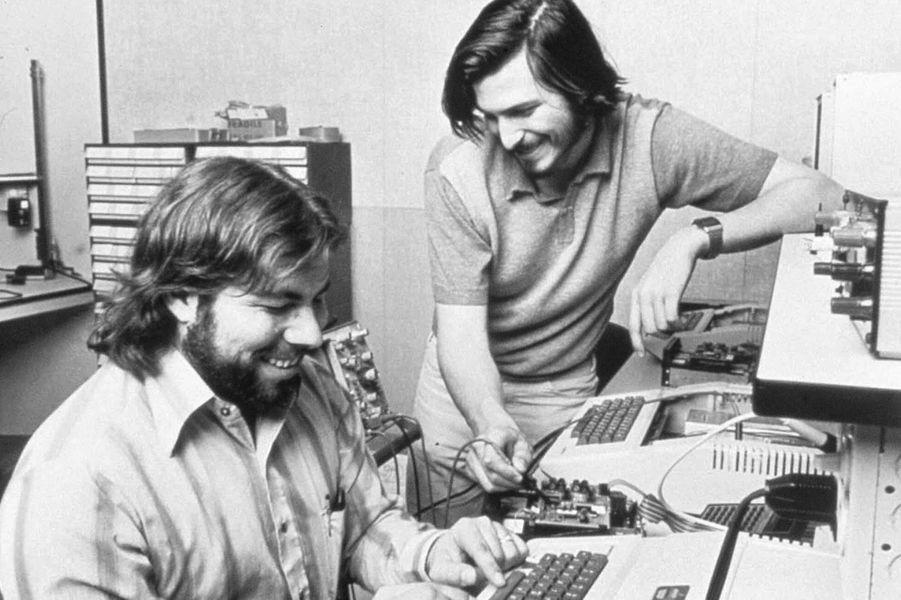 1976. Steve Jobs et Steve Wozniak forment la société Apple Computer.