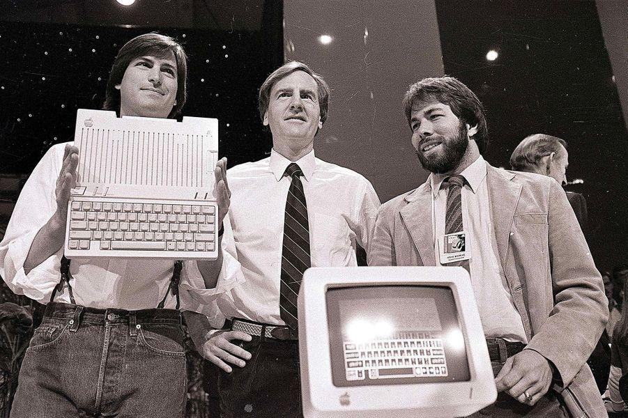 1984. L'Apple IIc est le premier «ordinateur portable» de la marque à la pomme. Malgré sa petite taille, il faut rester brancher au secteur pour...