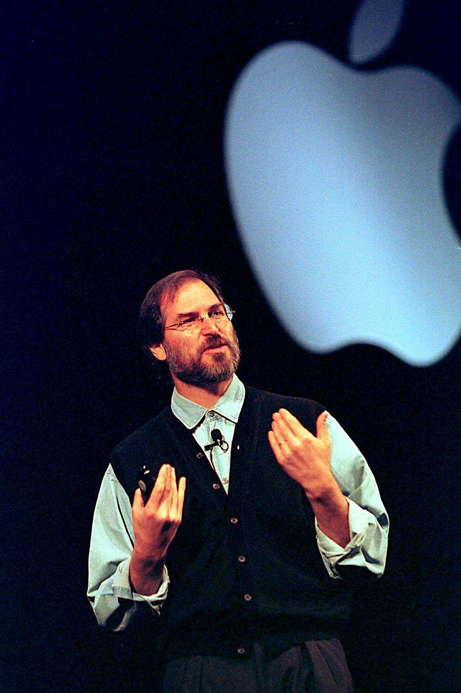 1997, Steve Jobs est rappelé pour reprendre les rennes de la compagnie qui est au bord de la faillite. A cette date, il change la stratégie d'Appl...