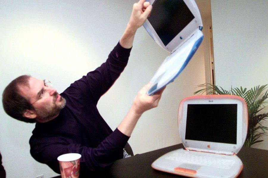 1999. Sortie de l'iBook, le premier ordinateur portable doté d'une carte Wi-Fi.