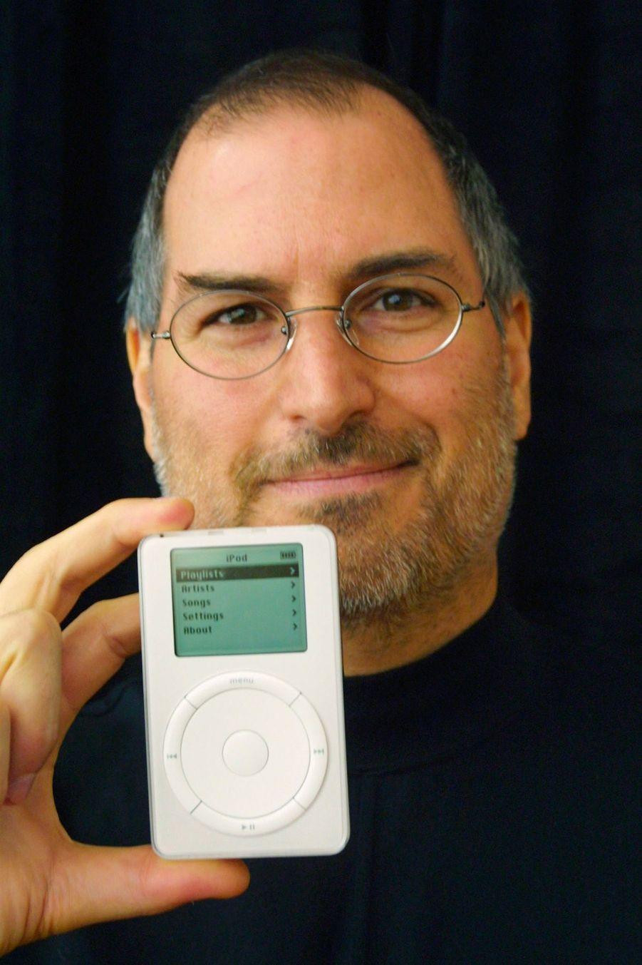 2001. Sortie du premier iPod qui va devenir le produit emblématique de la marque. Ce modèle a la capacité de contenir 1000 CDs.
