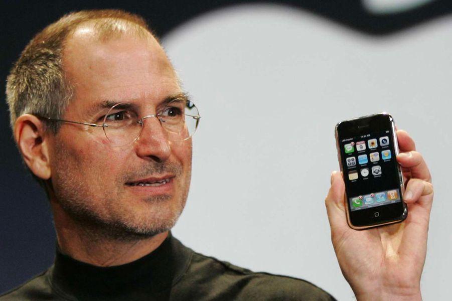 2007. Suite au succès de l'iPod, Steve Jobs présente le premier iPhone. Il aura nécessité 2 ans et demi de recherche.