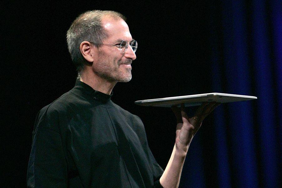 2008. Présentation du MacBook Air, une nouvelle catégorie d'ordinateur portable très fin et puissant surnommée «ultrabook» par Intel.